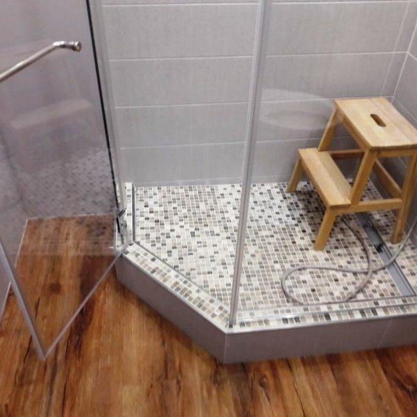 Душевое ограждение из прозрачного закаленного стекла с серебристой фурнитурой для ванной комнаты