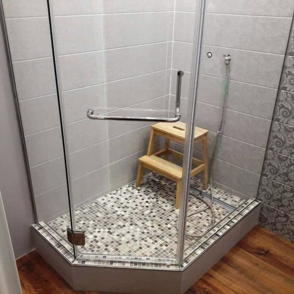 Душевое ограждение из прозрачного закаленного стекла с серебристой фурнитурой для ванной комнаты1