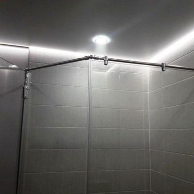 Душевое ограждение из прозрачного закаленного стекла с серебристой фурнитурой для ванной комнаты2