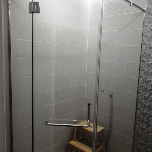Душевое ограждение из прозрачного закаленного стекла с серебристой фурнитурой для ванной комнаты3