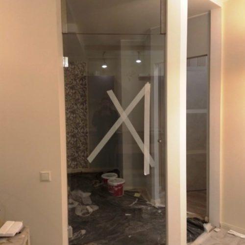 Дверь из закаленного осветленного стекла с фрамугой