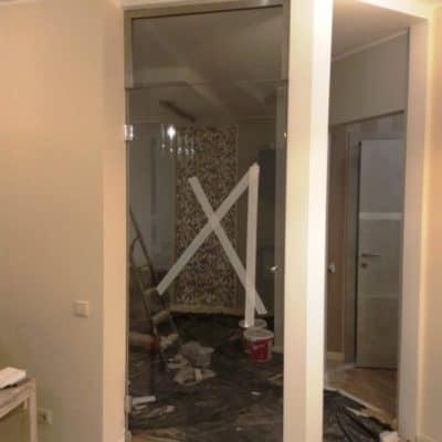 Дверь из закаленного осветленного стекла с фрамугой1