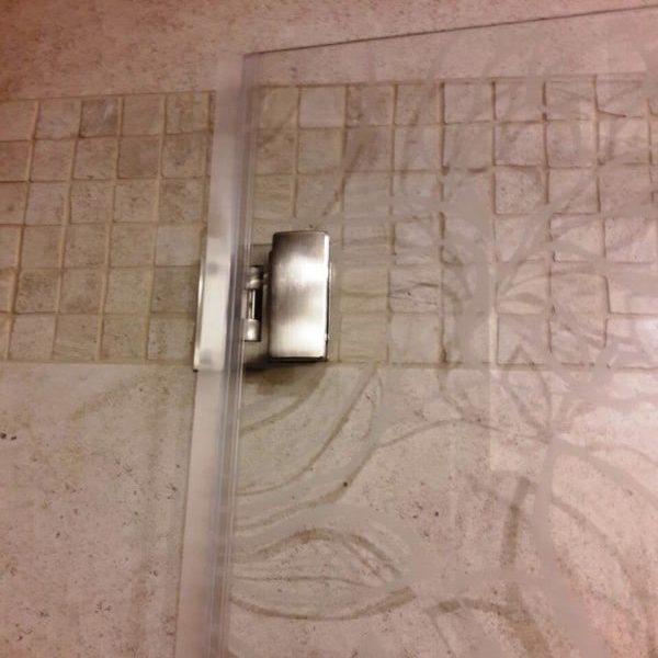 Дверь в душевую кабину из осветленного закаленного стекла толщиной 8 мм с пескоструйным рисунком2
