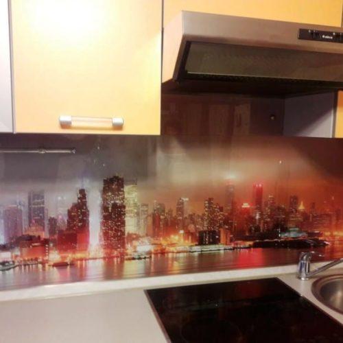Фартук для яркой кухни из закаленного осветленного стекла толщиной 6 мм с фотопечатью городской пейзаж