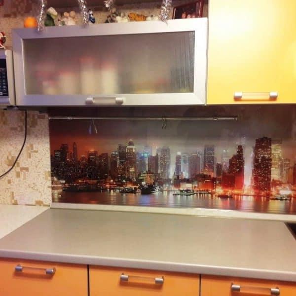 Фартук для яркой кухни из закаленного осветленного стекла толщиной 6 мм с фотопечатью городской пейзаж1