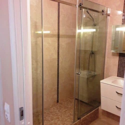 Г-образное душевое ограждение для ванной комнаты с раздвижной системой из бесцветного закаленного осветленного стекла толщиной 8 мм