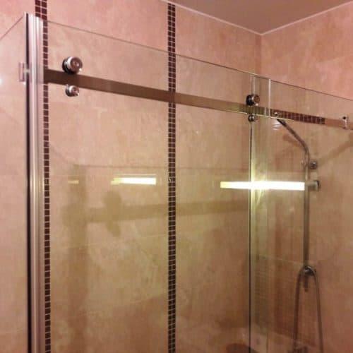 Г-образное душевое ограждение для ванной комнаты с раздвижной системой из бесцветного закаленного осветленного стекла толщиной 8 мм1
