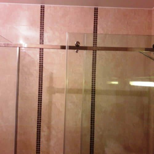 Г-образное душевое ограждение для ванной комнаты с раздвижной системой из бесцветного закаленного осветленного стекла толщиной 8 мм2