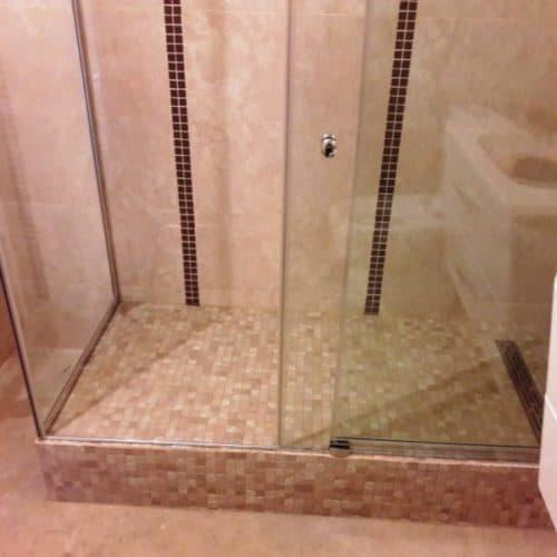 Г-образное душевое ограждение для ванной комнаты с раздвижной системой из бесцветного закаленного осветленного стекла толщиной 8 мм3