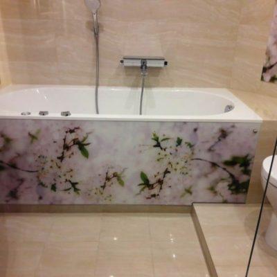 Экран для ванны из осветленного закаленного стекла толщиной 6 мм с фотопечатью цветы