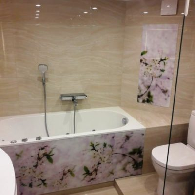 Экран для ванны из осветленного закаленного стекла толщиной 6 мм с фотопечатью цветы2
