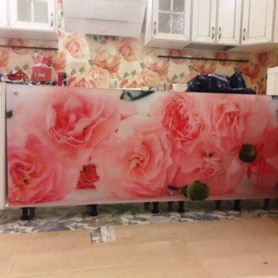 Экран на кухню из закаленного осветленного стекла толщиной 6 мм с фотопечатью розы