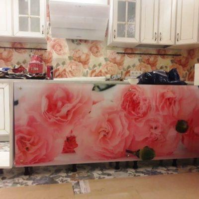 Экран на кухню из закаленного осветленного стекла толщиной 6 мм с фотопечатью розы1