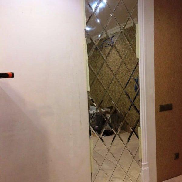 Настенное зеркало с фацетной композицией