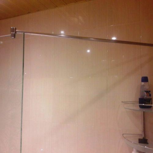 Ограждение для ванны из бесцветного закаленного стекла толщиной 8 мм с пескоструйным рисунком3