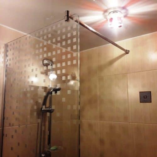Ограждение в ванну из осветленного закаленного стекла толщиной 8 мм с пескоструйным шахматным рисунком2