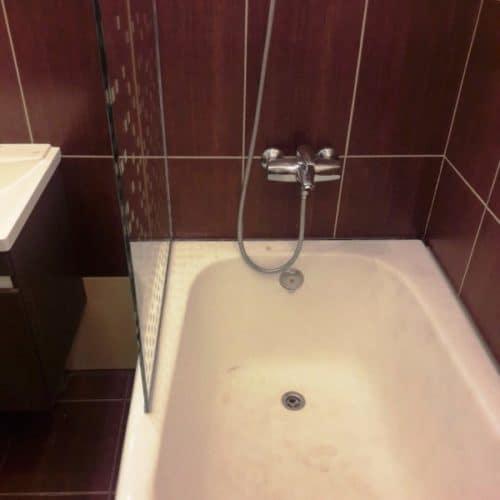 Ограждение в ванну из осветленного закаленного стекла толщиной 8 мм с пескоструйным шахматным рисунком4