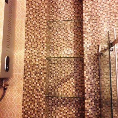 Полки для ниши в санузле из бесцветного закаленного стекла толщиной 6 мм2