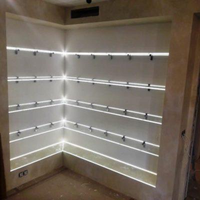 Полки с подсветкой во всю стену из закаленного осветленного стекла