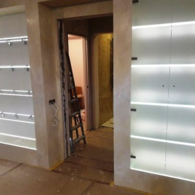 Полки с подсветкой во всю стену из закаленного осветленного стекла1