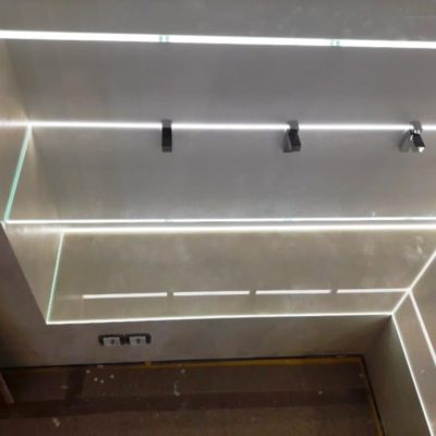Полки с подсветкой во всю стену из закаленного осветленного стекла2