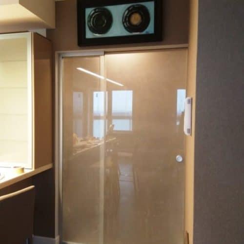 Раздвижная межкомнатная перегородка из матового осветлённого закаленного стекла толщиной 10 мм с фурнитурой из Германии
