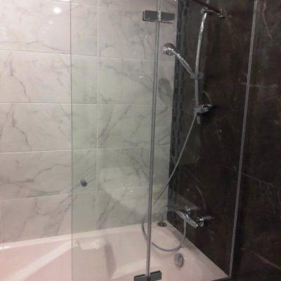 Складная шторка uармошкой для ванны из закаленного осветленного стекла толщиной 8 мм.