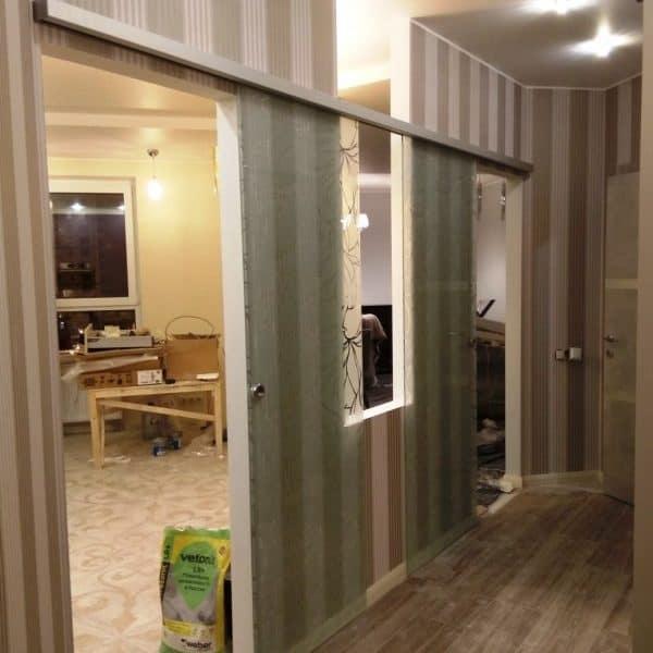 Стеклянные откатные двери с матовым пескоструйным рисунком1
