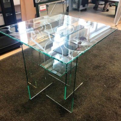 Стеклянный столик из закаленного бесцветного стекла толщиной 8 мм с пескоструйным рисунком по эскизу клиента.