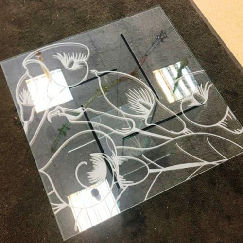 Стеклянный столик из закаленного бесцветного стекла толщиной 8 мм с пескоструйным рисунком по эскизу клиента.1