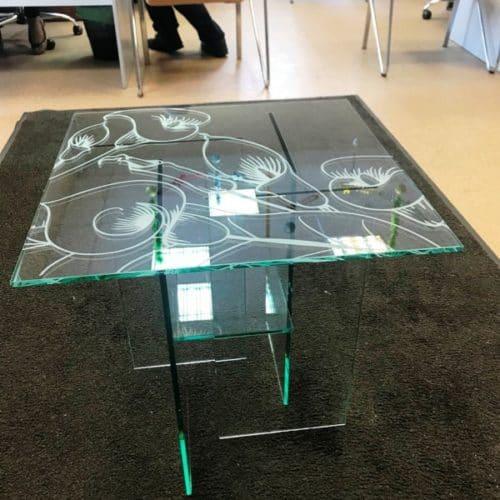Стеклянный столик из закаленного бесцветного стекла толщиной 8 мм с пескоструйным рисунком по эскизу клиента.2